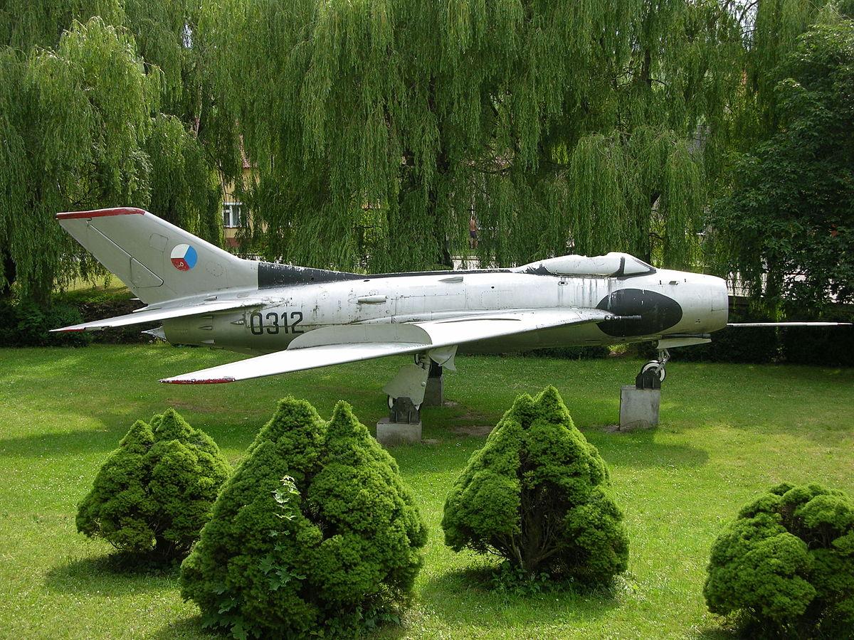 Naam: 0312_a_MiG-19S_preserved_at_Horni_Nemci_Czech_Republic_(3117339353).jpg Bekeken: 89 Grootte: 341,8 KB