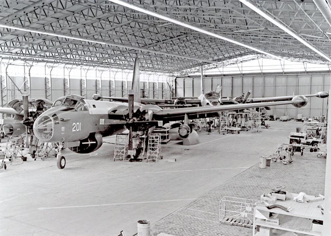 Naam: #302. '201'. Lockheed SP-2H Neptune in onderhoud. 1100 breed.jpg Bekeken: 539 Grootte: 162,2 KB