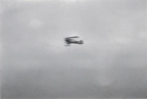 Naam: Foto 21. Tekst bij foto %22Demonstratievlucht van den beroemden stuntvlieger Ernst Udet in zijn.jpeg Bekeken: 357 Grootte: 165,5 KB