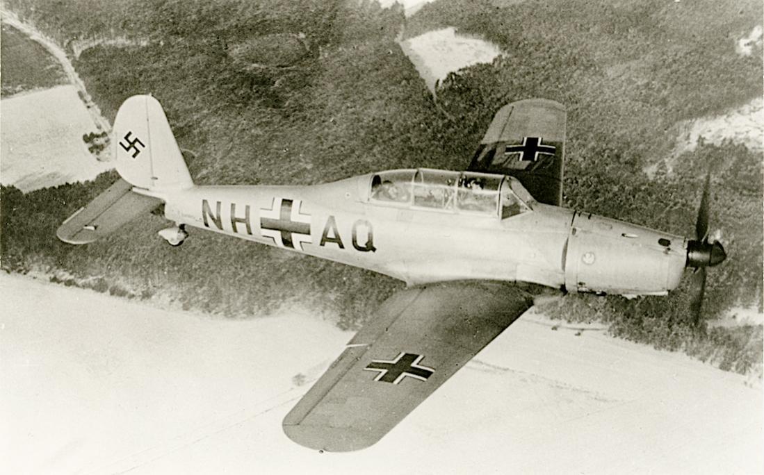 Naam: Foto 560. 'NH+AQ'. Arado Ar 96B. FFS Brandenburg-Briest. 1100 breed.jpg Bekeken: 190 Grootte: 111,5 KB