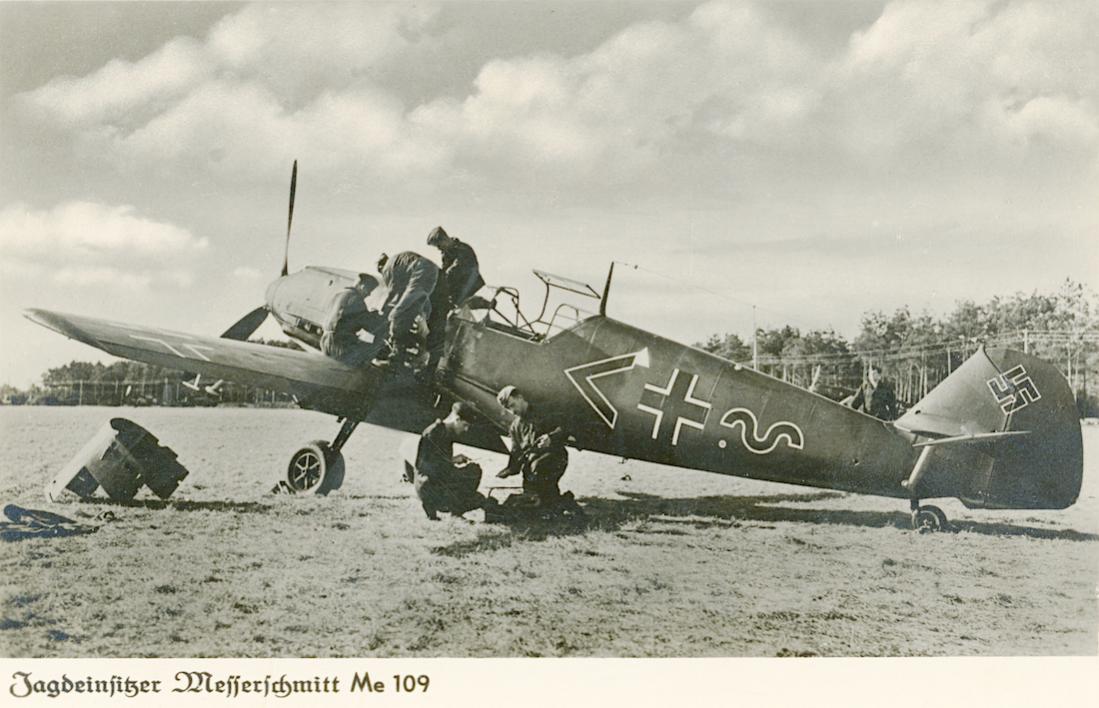 Naam: Foto 547. Ansichtkaart Me-109. Een versie E van een Gruppe Adjutant der 3. Staffel vlgns mij. Of.jpg Bekeken: 160 Grootte: 100,1 KB