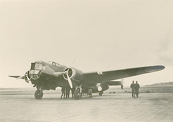 Naam: Foto 70. Txt bij foto, Gezicht op linker voorzijde van T5. Bomber. (Stb). 600 breed.jpg Bekeken: 230 Grootte: 382,8 KB