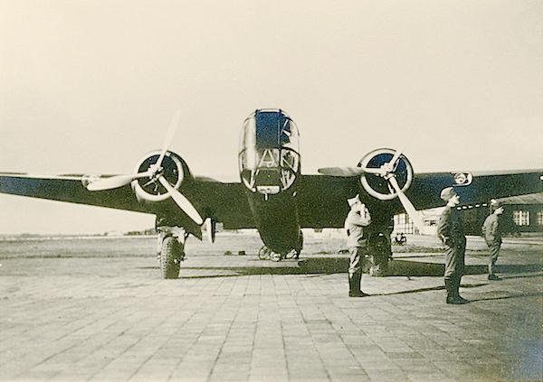 Naam: Foto 71. Txt bij foto, Gezicht op voorzijde van T5. Bomber. (Stb). 600 breed.jpg Bekeken: 230 Grootte: 408,0 KB