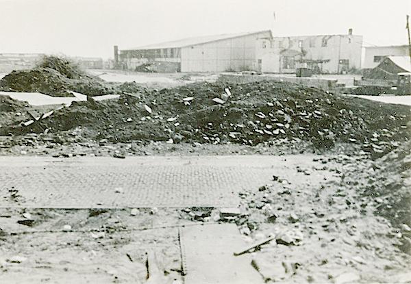 Naam: Foto 79. Ypenburg na het eerste bombardement. 10 Mei 1940. 600 breed.jpg Bekeken: 136 Grootte: 437,4 KB
