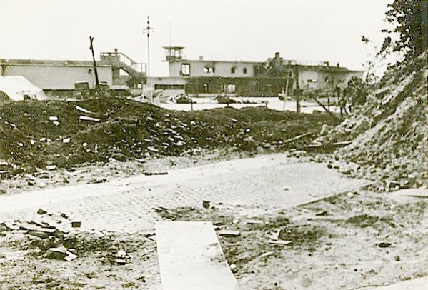Naam: Foto 80. Ypenburg na het eerste bombardement ±3 uur 's morgens. 10 Mei. 600 breed.jpg Bekeken: 138 Grootte: 56,9 KB