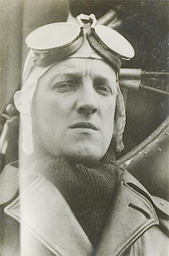 Naam: Foto 82. Reserve sergeant-vlieger J.J. (Hans) de Bruijn, 500 hoog.jpg Bekeken: 120 Grootte: 192,6 KB