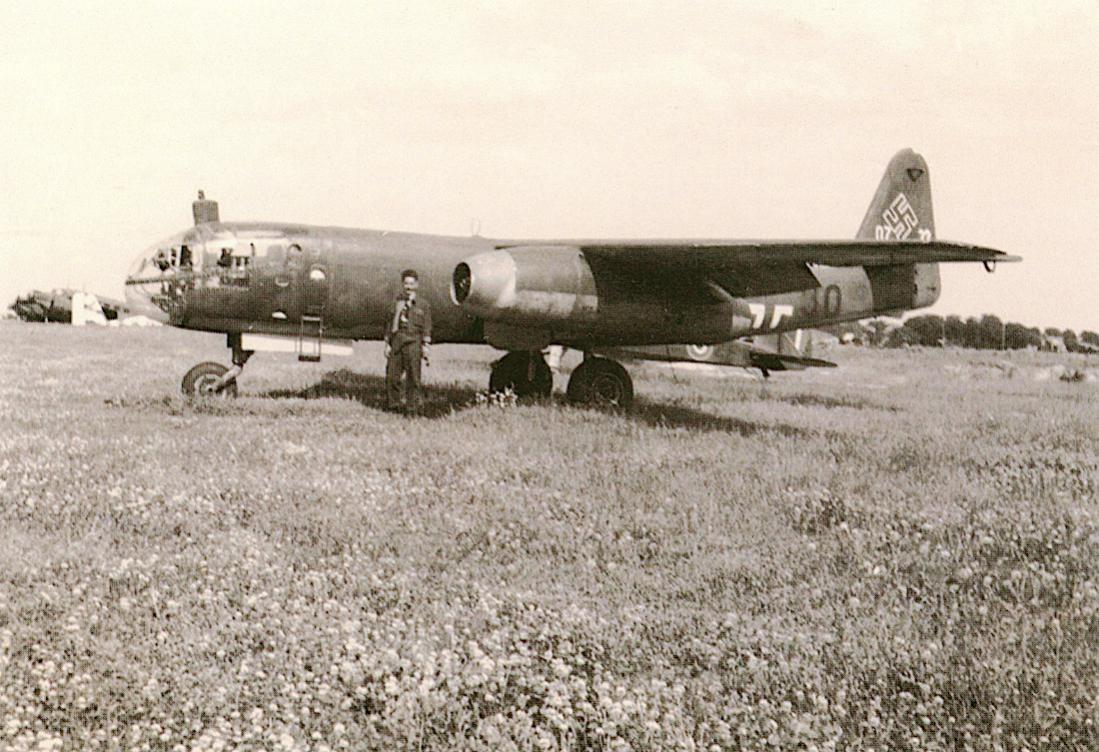 Naam: Foto 552. Door de Engelsen buitgemaakte Arado Ar 234. 1100 breed.jpg Bekeken: 52 Grootte: 137,2 KB
