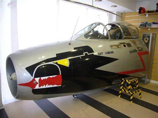 Naam: Bayeux , Mystere 4 forward fuselage inside shop Aure du commun.jpg Bekeken: 117 Grootte: 41,3 KB
