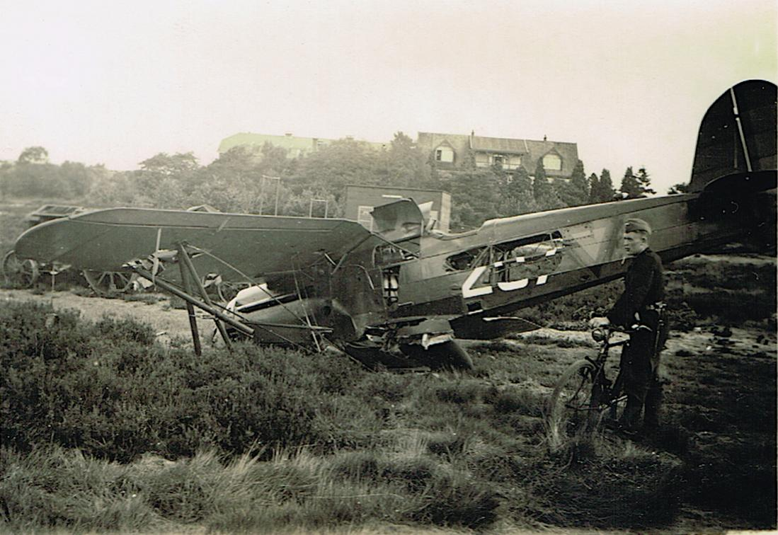 Naam: Foto 100. Wrak Fokker D.XVII '207' op Soesterberg kopie.jpg Bekeken: 394 Grootte: 127,9 KB