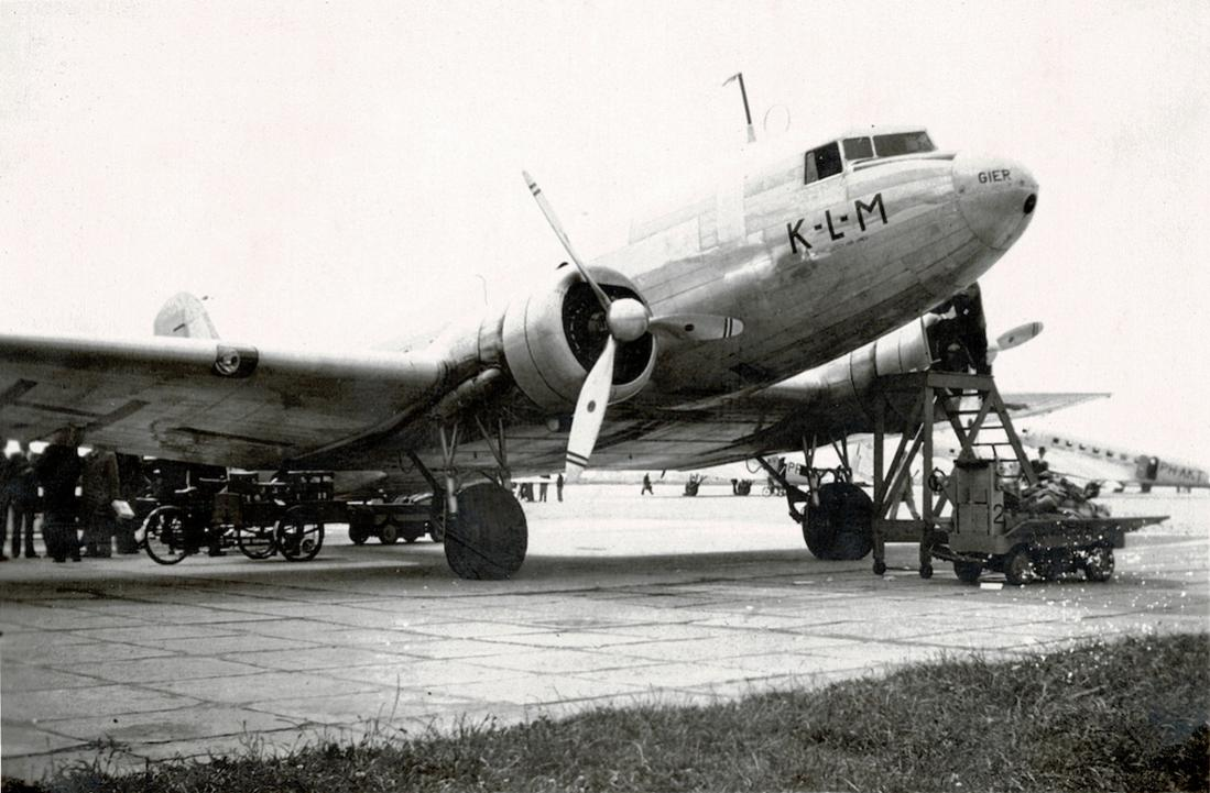 Naam: Foto 4. DC-3 PH-ARG 'Gier', Schiphol. Foto niet geheel okselfris.jpg Bekeken: 972 Grootte: 106,7 KB