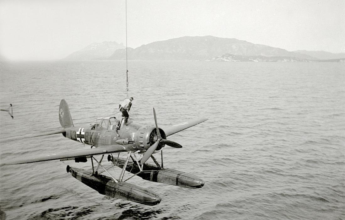 Naam: Foto 583. T3+BK. Arado Ar 196A-2 van Bordfliegergruppe 196 (BFGr. 196). 1100 breed.jpg Bekeken: 315 Grootte: 97,8 KB