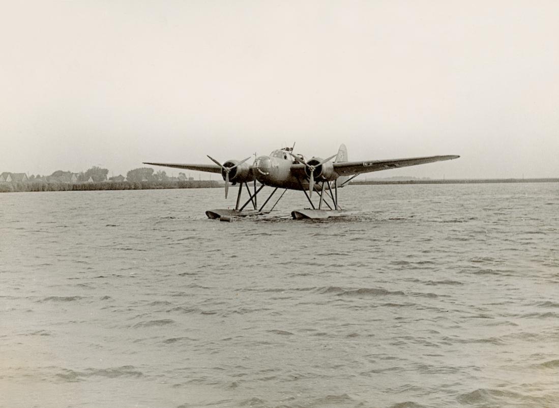 Naam: Foto 588. Fokker T.VIIIw. Luftwaffe %22Beute%22. 1100 breed.jpg Bekeken: 105 Grootte: 82,2 KB