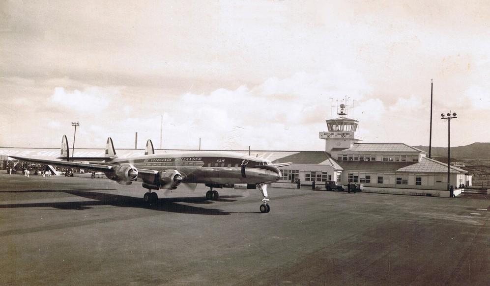Naam: KLM_L-1049C_Constellation_at_Santa_Maria_(Azores).jpg Bekeken: 610 Grootte: 127,8 KB