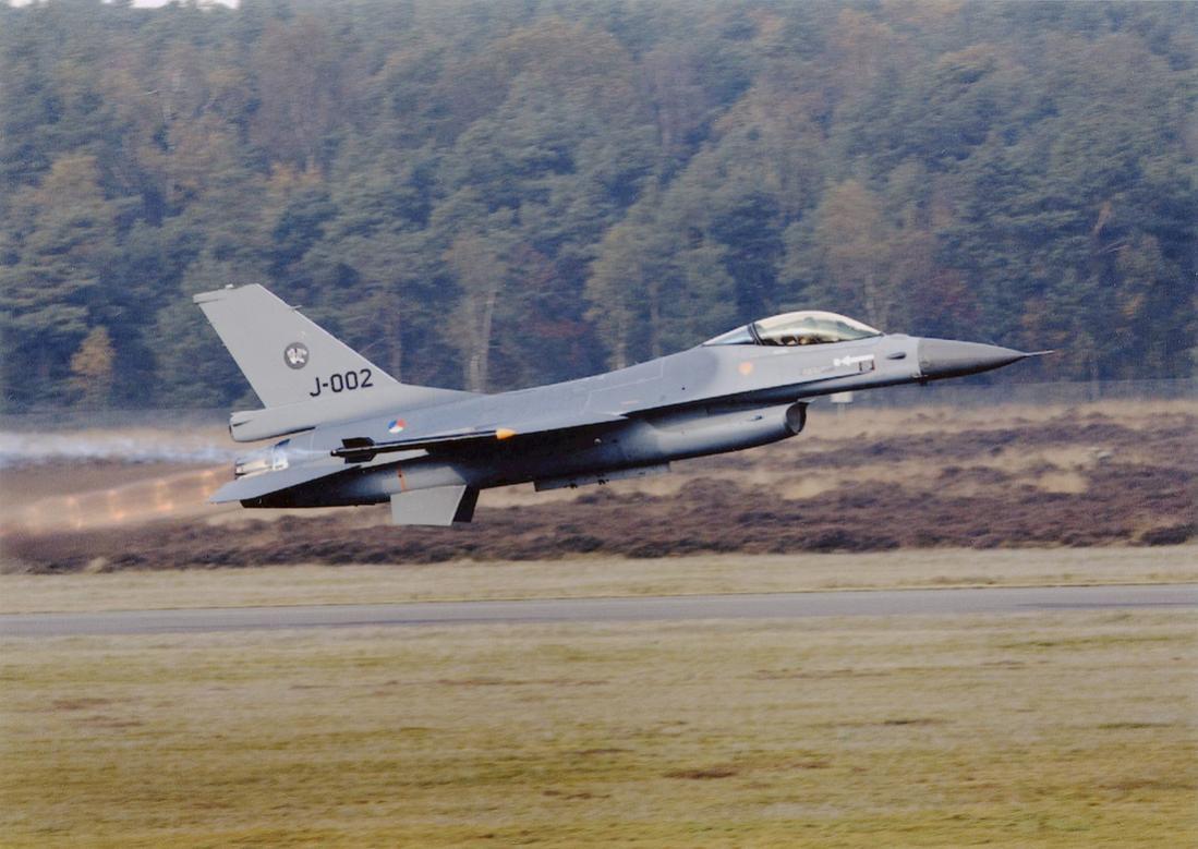 Naam: Foto 252. 'J-002'. F-16 MLU start voor demo. 1100 groot.jpg Bekeken: 132 Grootte: 105,9 KB