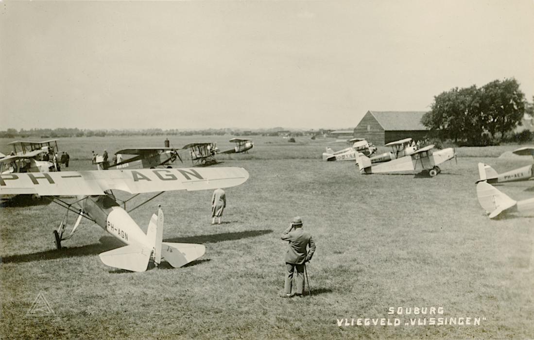 Naam: Kaart 800. Vliegveld Souburg, Vlissingen. Op voorgrond Pander P-2 'PH-AGN'. 1100 breed.jpg Bekeken: 217 Grootte: 98,2 KB