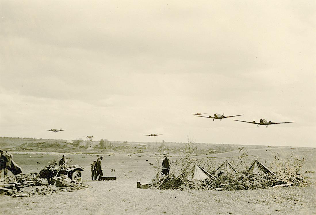 Naam: Foto 516. Aantal Junkers Ju 52's overvliegen een Wehrmacht positie. 1100 breed.jpg Bekeken: 36 Grootte: 89,6 KB