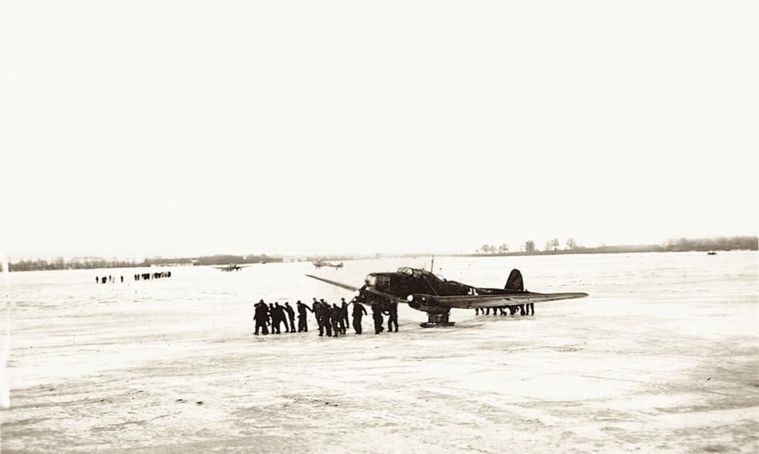 Naam: Foto 522. IJsvlakte met Focke-Wulf Weihe op ski's. 1100 breed.jpg Bekeken: 428 Grootte: 53,4 KB