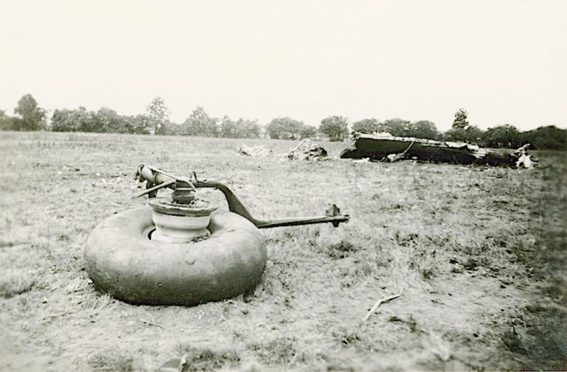 Naam: Foto 119. 1940-06:17-18. N 1463 (L-GE). Culemborg. Tekststrook = Engelse bommenwerper. Linker la.jpg Bekeken: 259 Grootte: 62,4 KB