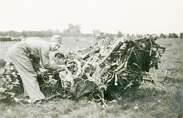 Naam: Foto 122. 1940-06:17-18. N 1463 (L-GE). Tekststrook: Linker motor, geheel weggesmolten. 600 bree.jpg Bekeken: 250 Grootte: 386,5 KB