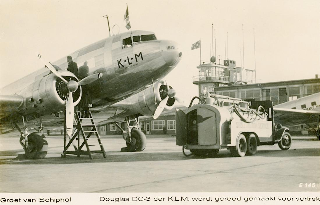 Naam: Kaart 769. DC-3 'Ibis' en tankwagen op Schiphol. 1100 breed.jpg Bekeken: 276 Grootte: 90,2 KB