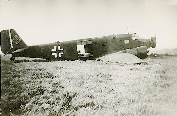 Naam: Foto 87. Afgeschoten troepentransportvliegtuig. Omtrek Ypenburg, 10 Mei 1940. 600 breed.jpg Bekeken: 249 Grootte: 400,1 KB