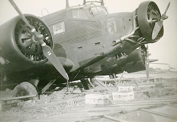 Naam: Foto 92. Ju 52 van KGzbV 1. Tekst bij foto, Op de broeikassen gedaalde J.U. 52 transportvliegtui.jpg Bekeken: 204 Grootte: 391,6 KB