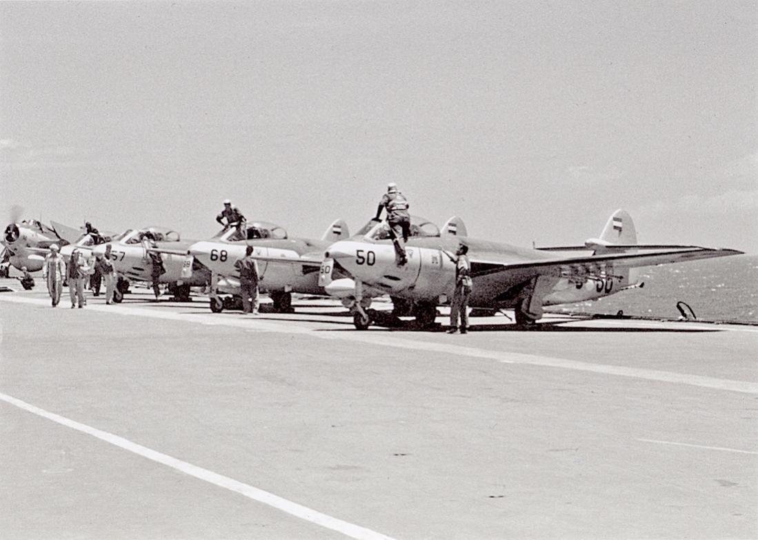 Naam: #299. Rij Seahawks aan boord met Avenger op achtergrond. 1100 breed.jpg Bekeken: 186 Grootte: 98,6 KB