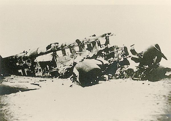 Naam: Foto 95. Neergeschoten transportvliegtuig op 't strand van Scheveningen. 600 breed.jpg Bekeken: 172 Grootte: 329,7 KB