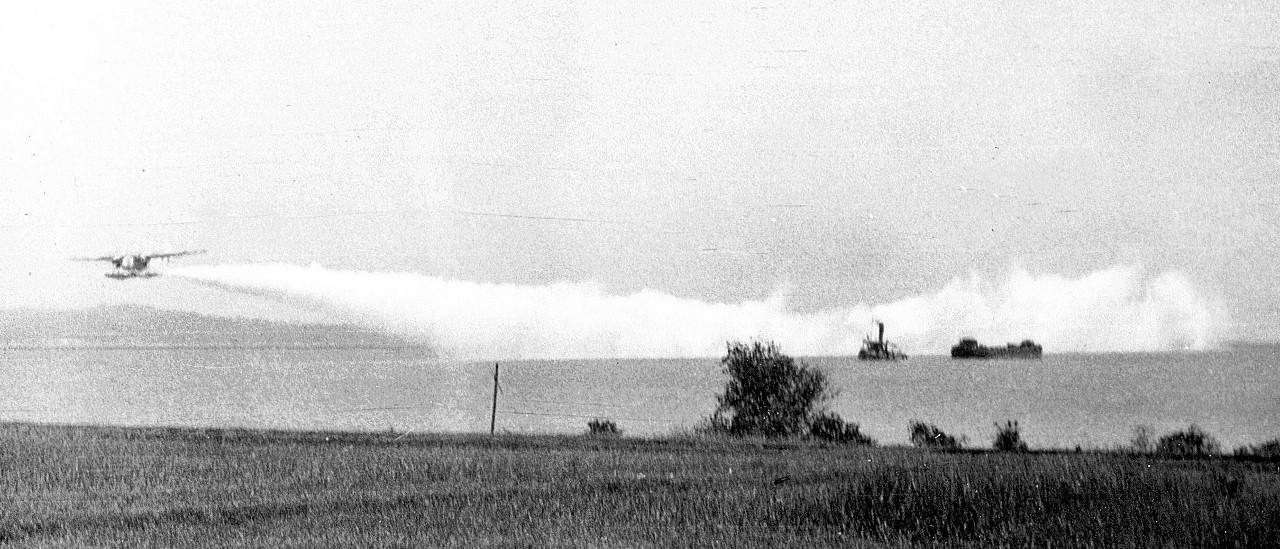 Naam: 5  Tarakan, Fokker T IV oefent het leggen van een rookgordijn, 1938 (1280x549).jpg Bekeken: 520 Grootte: 248,2 KB