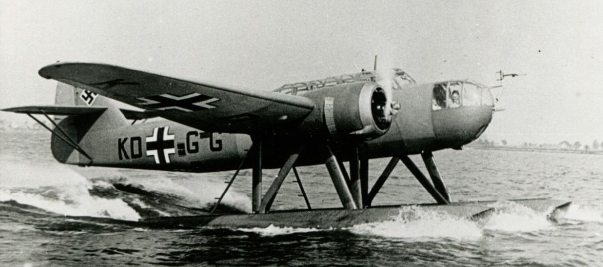 Naam: Fokker T.VIII WC during taxiing trial (M. Beeling in the nose section).jpg Bekeken: 106 Grootte: 167,0 KB