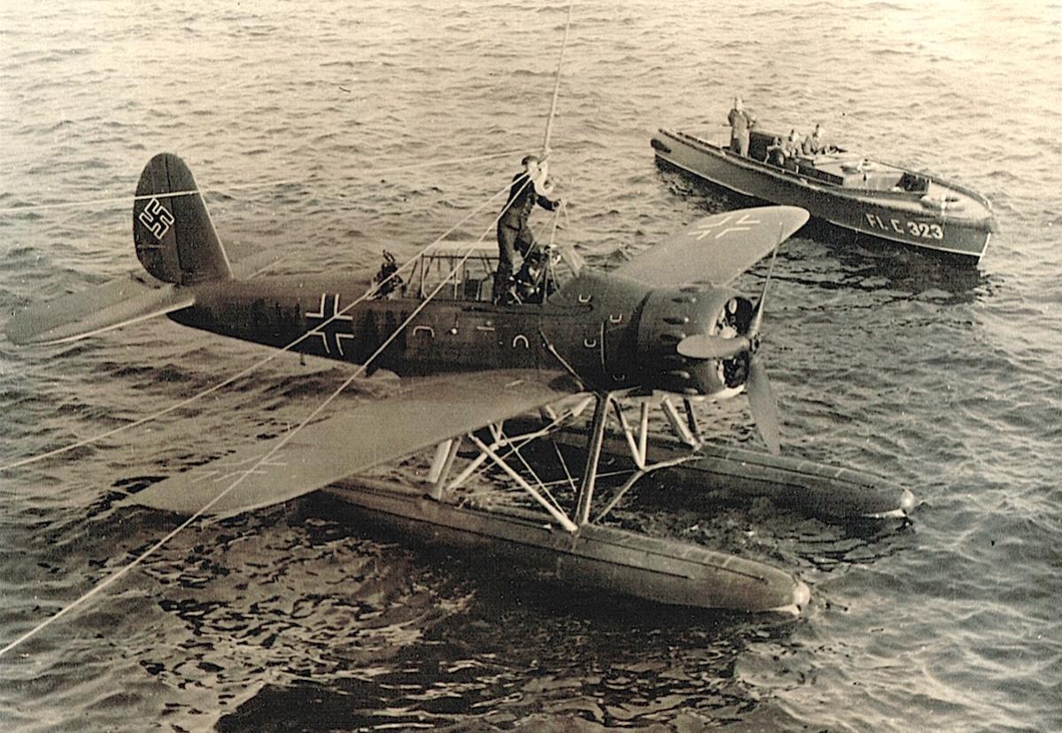 Naam: Foto 354. '6W+AN'. Arado Ar 196 aan de haak van zware kruiser Admiral Hipper, kopie.jpg Bekeken: 504 Grootte: 192,7 KB