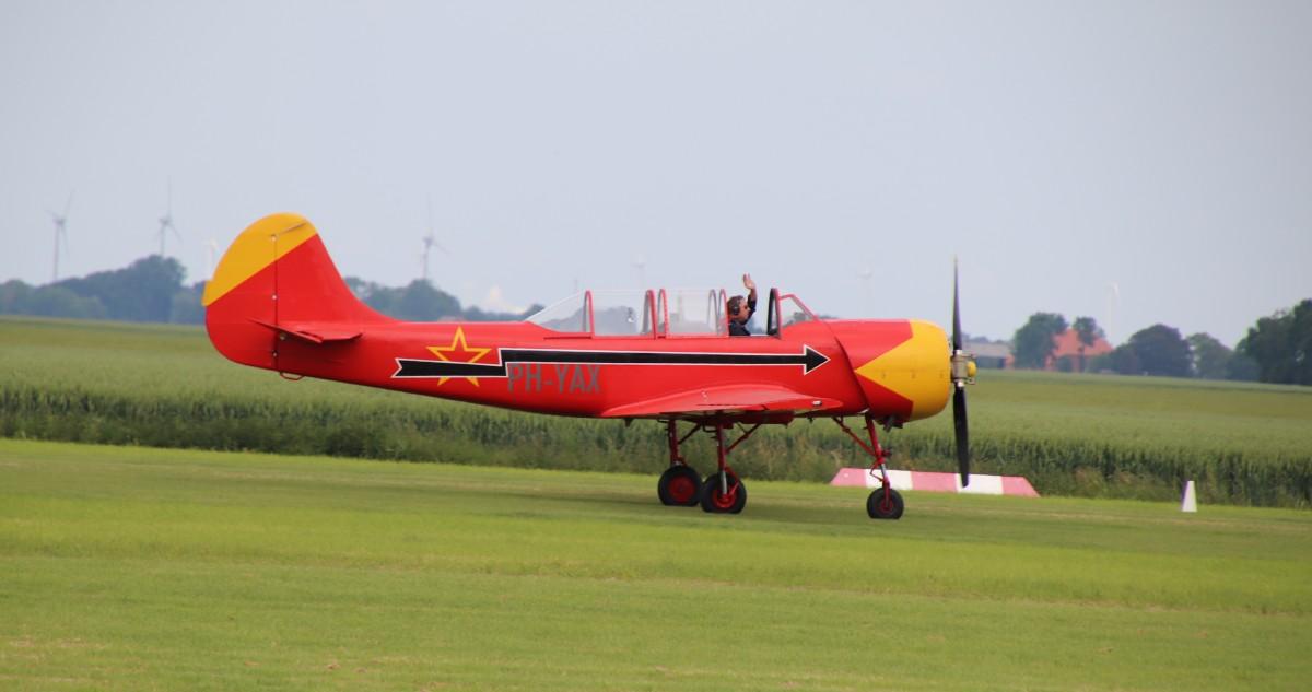 Naam: PH-YAX Yak-52 IMG_0289.jpg Bekeken: 262 Grootte: 94,9 KB