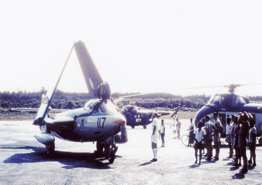 Naam: #353. '117' (eerder 'F-57'). Hawker FGA-50 Seahawk, zo te zien in NNG. 1100 breed.jpg Bekeken: 146 Grootte: 86,5 KB