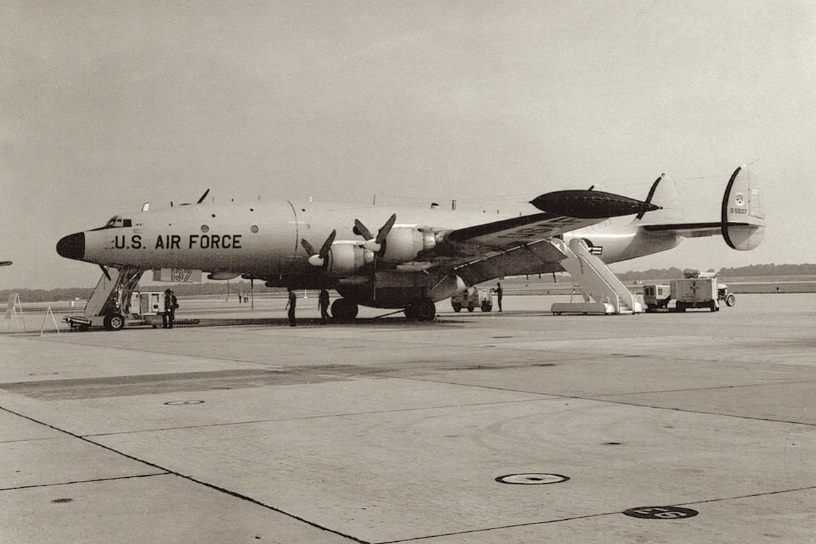 Naam: Foto 6. 522nd AEW&C Wing, USAF Lockheed EC-121T Warning Star. (0-50137).jpg Bekeken: 3682 Grootte: 108,2 KB