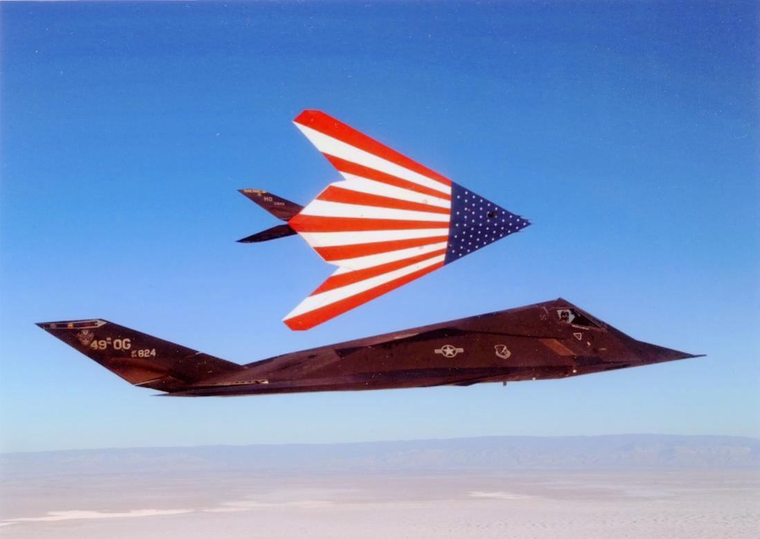 Naam: Foto 775. Lockheed Martin F-117 Nighthawk. 1100 breed.jpg Bekeken: 202 Grootte: 57,0 KB