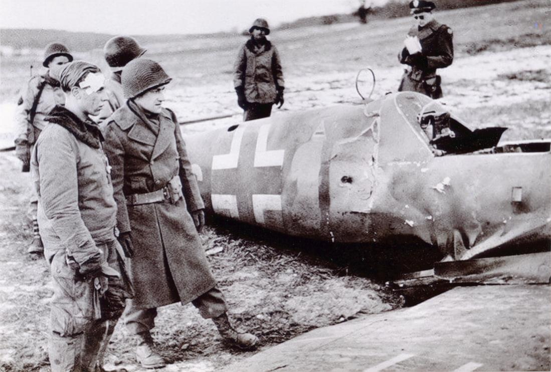 Naam: Foto 572. Bf 109 is neergekomen aan geallieerde zijde. De piloot staat nu als POW bij het wrak s.jpg Bekeken: 135 Grootte: 128,1 KB
