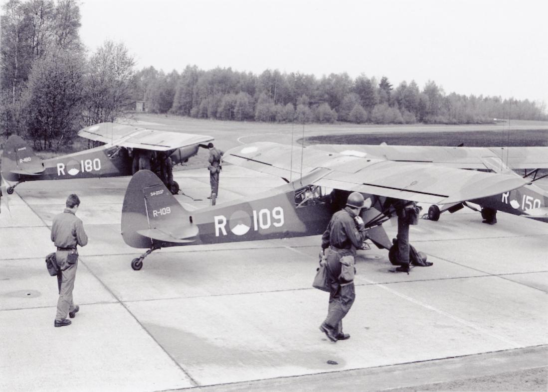 Naam: Foto 208. 'R-109', 'R-150' en 'R-180'. Piper L-21B Super Cubs. 1100 breed.jpg Bekeken: 243 Grootte: 96,9 KB