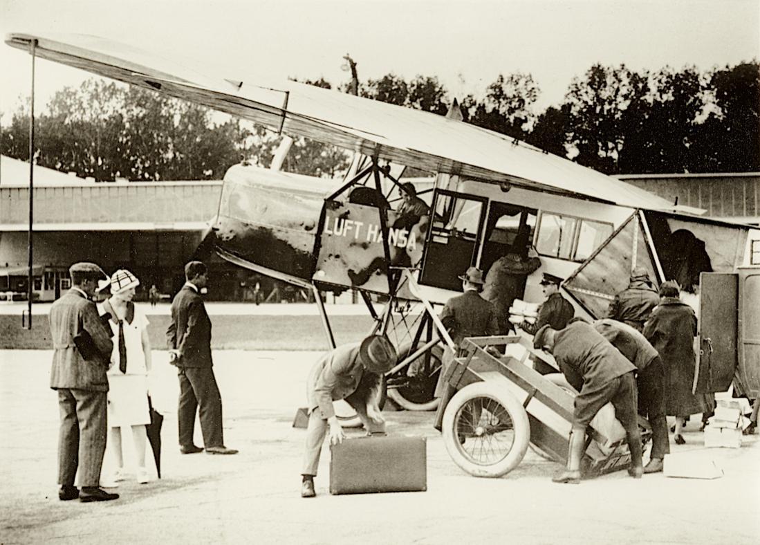 Naam: Foto 490. 06.04.1926, DLH start 'Linienflugverkehr' met FG F.II (verm. D-724). 1100 breed.jpg Bekeken: 316 Grootte: 139,7 KB