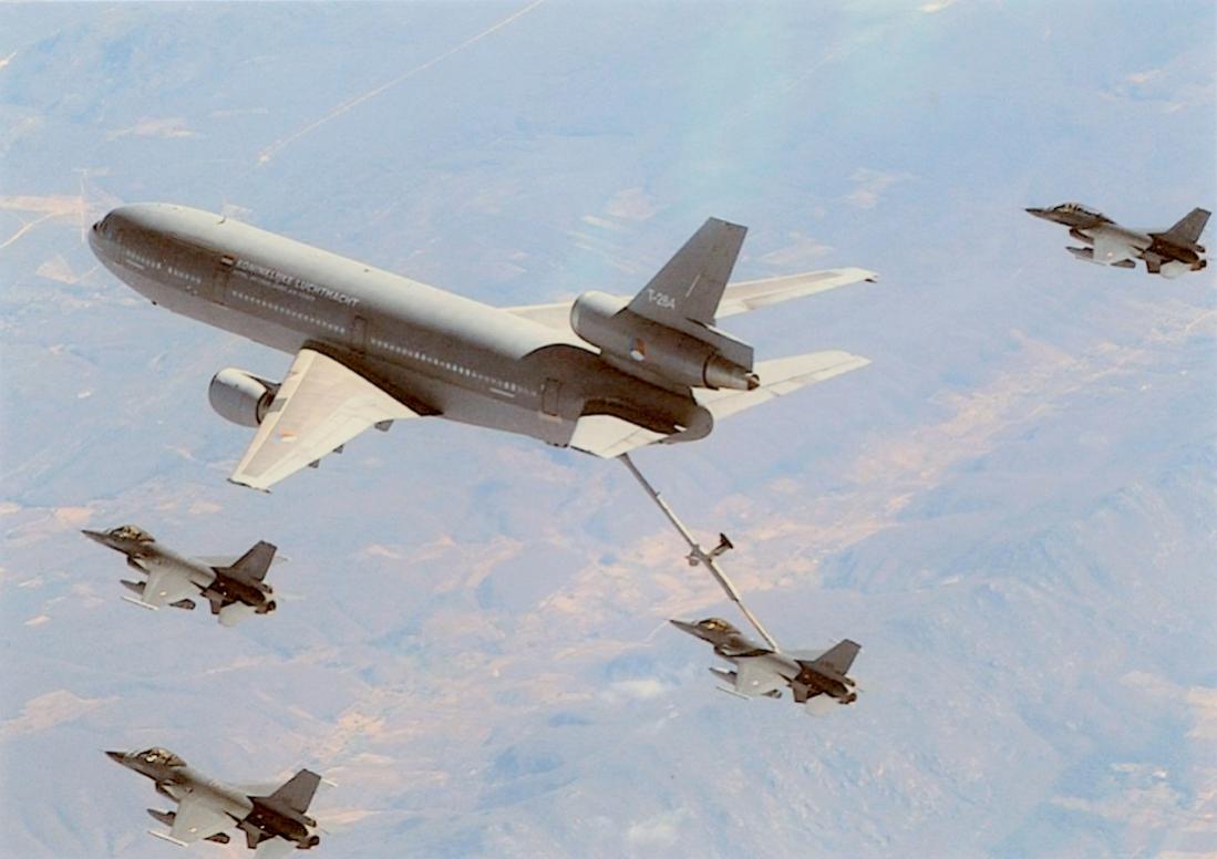 Naam: Foto 265. KDC-10 plus F-16 aanhang. 1100 breed.jpg Bekeken: 378 Grootte: 68,2 KB