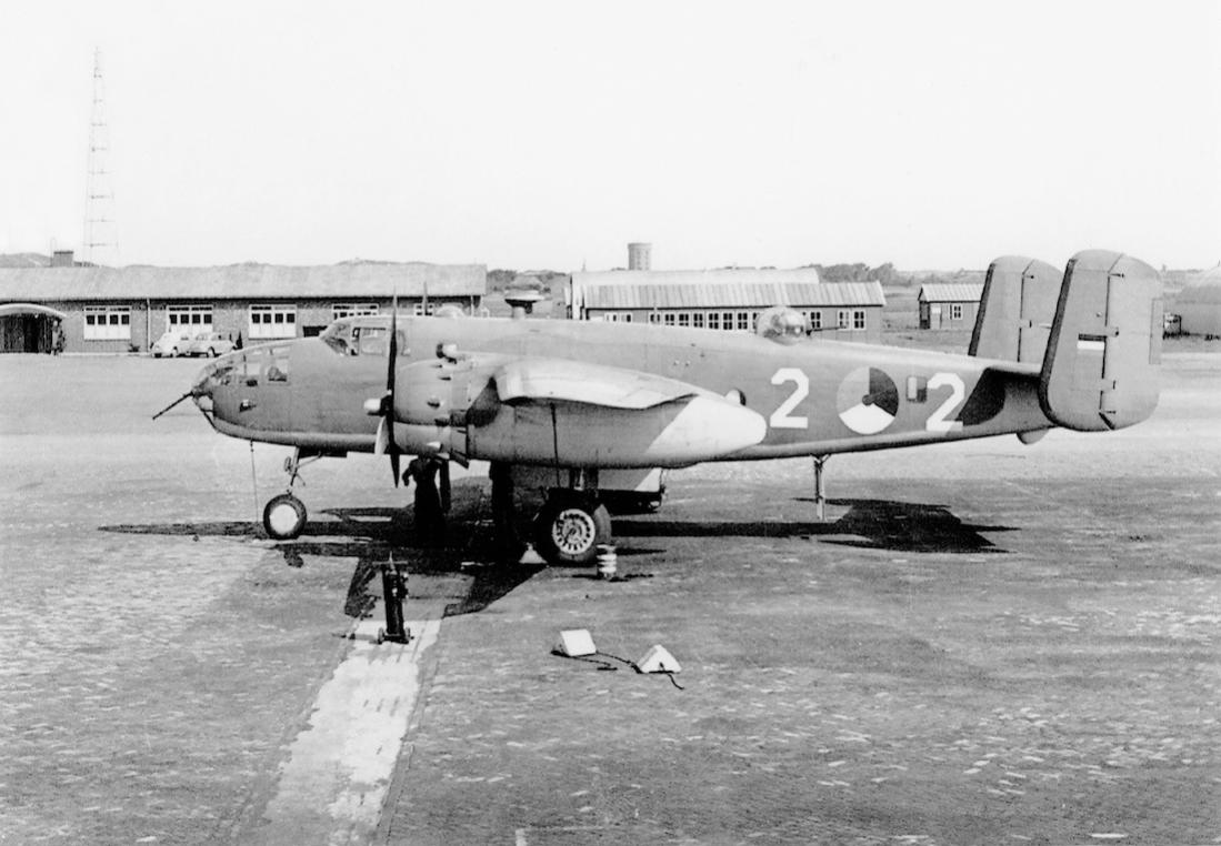 Naam: #387. 2-2 (= B-2. Eerder FR206, R-2 en M-2). North American B-25 Mitchell. 1100 breed.jpg Bekeken: 196 Grootte: 98,0 KB