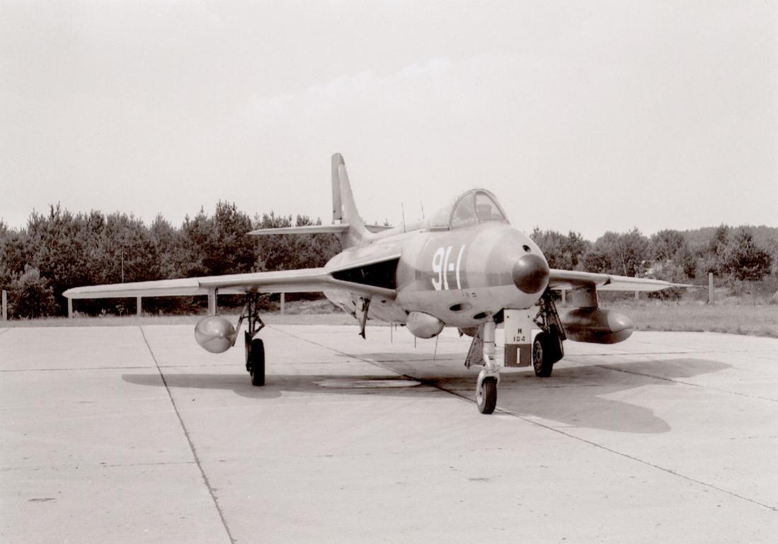 Naam: Foto 270. Hunter van 326 Squadron. In 1960 verdween de squadron-code en werd vervangen door een .jpg Bekeken: 162 Grootte: 70,5 KB