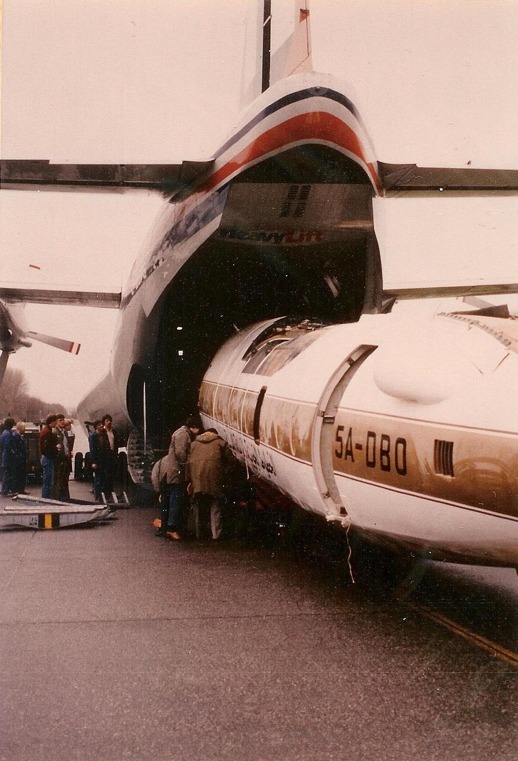 Naam: Ypenburg Short Belfaster, F-413 5A-DBO wordt uit geladen.jpg Bekeken: 89 Grootte: 483,4 KB