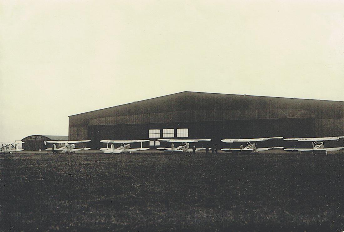 Naam: Foto 405. o.a. D-???. Udet U-12a. Rij voor hangar. Foto aus dem Nachlass eines Werksmeisters von.jpg Bekeken: 188 Grootte: 84,1 KB