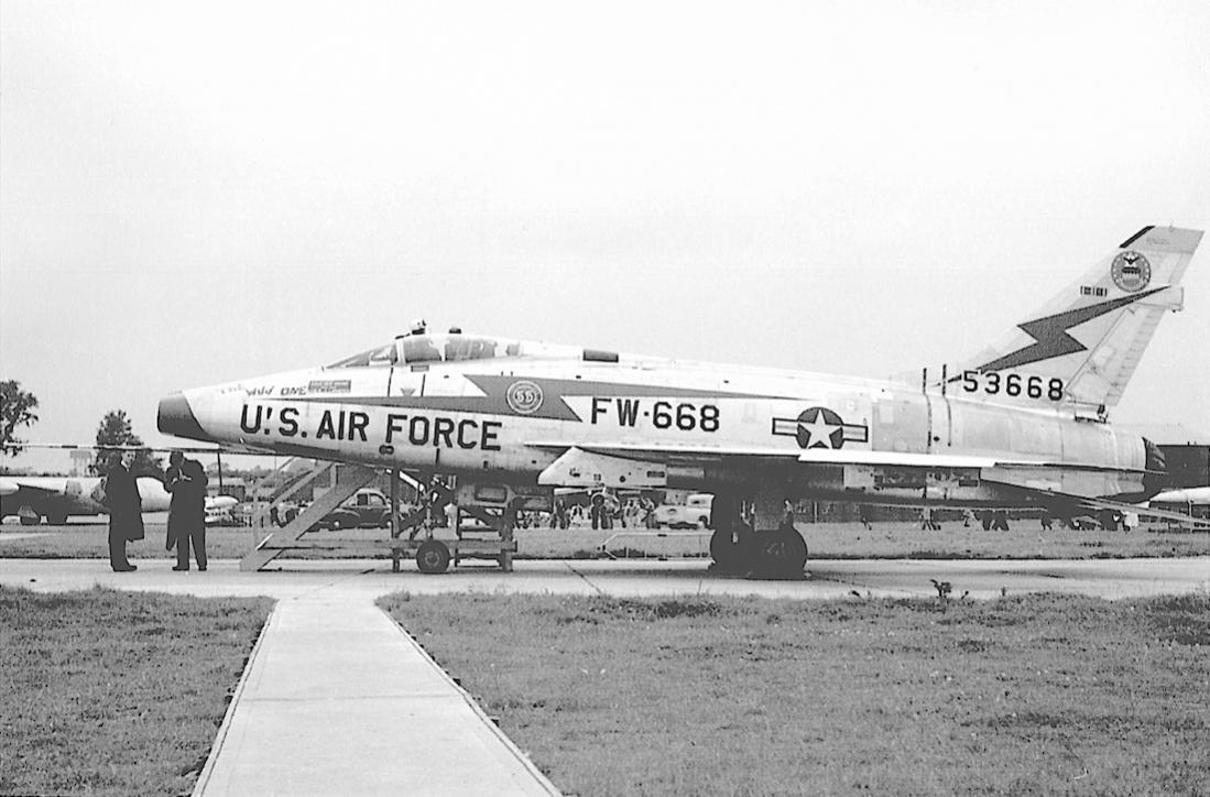 Naam: Foto 668. North American F-100A-20-NA Super Sabre 53-1668: buzz number FW-668 (MSN 192-163). To .jpg Bekeken: 217 Grootte: 100,6 KB