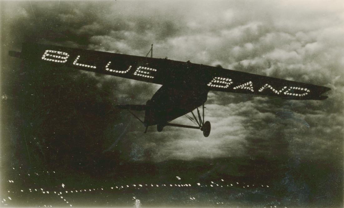 Naam: Foto 208. Fokker met lichtreclame. 1100 breed.jpg Bekeken: 247 Grootte: 74,3 KB