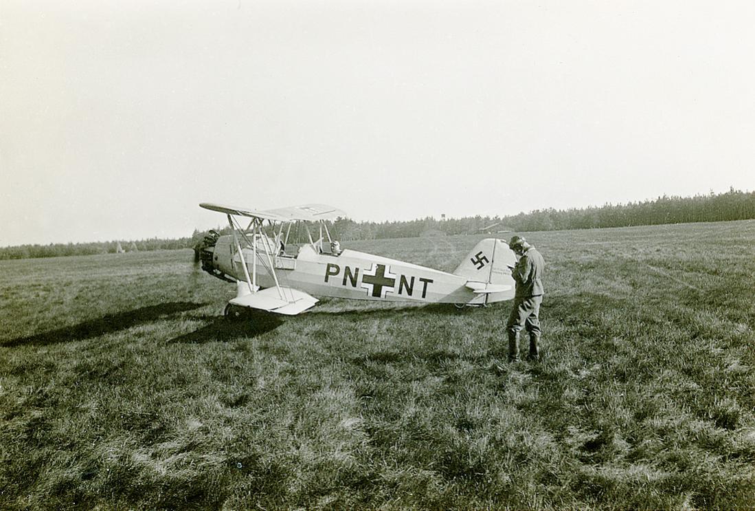 Naam: Foto 542. 'PN+NT'. Focke-Wulf Fw44 Stieglitz. 1100 pixels breed.jpg Bekeken: 228 Grootte: 148,0 KB