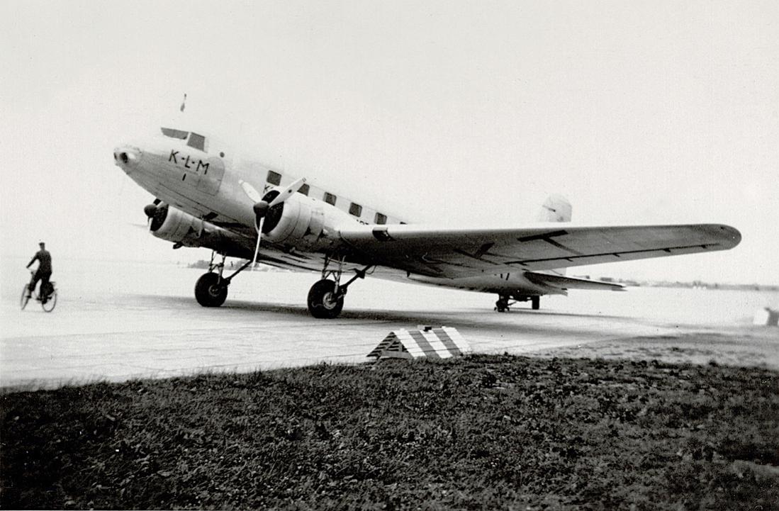 Naam: Foto 30. Tekst bij de foto. K.L.M.vliegtuig Toekan bij aankomst op het vliegveld Schiphol.jpg Bekeken: 231 Grootte: 116,2 KB