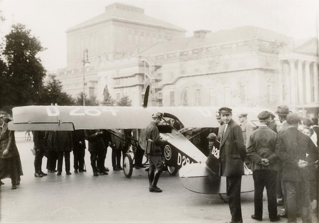 Naam: Foto 501. D-284. Antonius Raab landet die Mark R III:22 in Berlin auf Unter den Linden, 1923. 11.jpg Bekeken: 68 Grootte: 85,2 KB