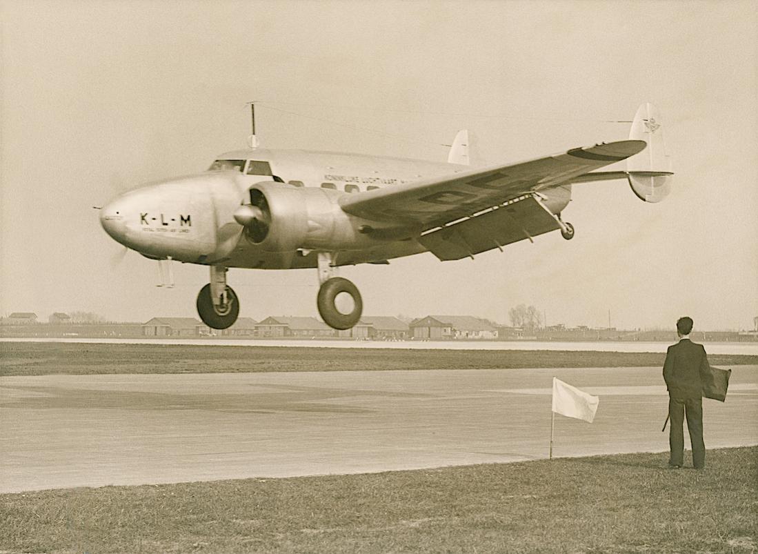 Naam: Foto 336. PH-APE 'Ekster'. Lockheed 14 Super Electra. 1100 breed.jpg Bekeken: 153 Grootte: 108,0 KB