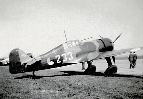 Naam: Foto 36. Tekst bij de foto. Jachtvliegtuig D.21. 1 Juli 1939, Amsterdam. 200 dpi, 500 pixels br.jpeg Bekeken: 234 Grootte: 212,9 KB